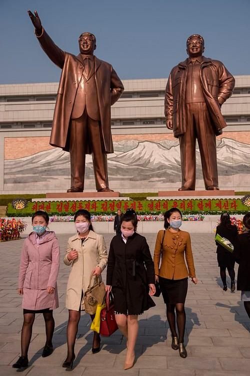 Власти Северной Кореи рассказали гражданам, что в конце марта в стране были подтверждены случаи заболевания коронавирусом.