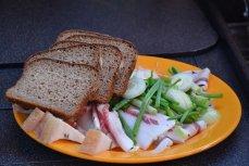 Сало с бородинским хлебом и зелёным луком