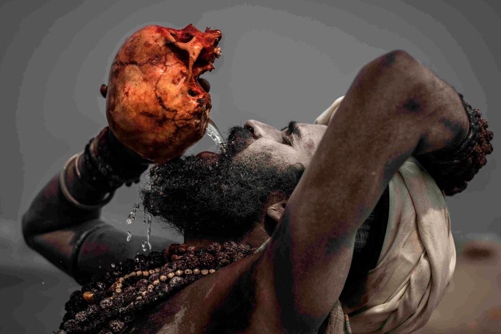 Агхори пьет из человеческого черепа