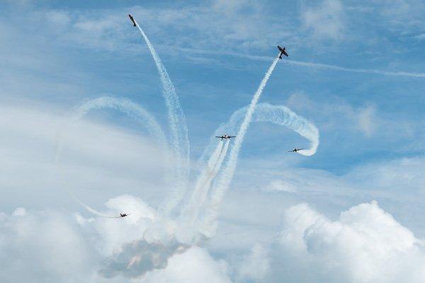 Группа «Первый полёт» выполняет фигуры высшего пилотажа