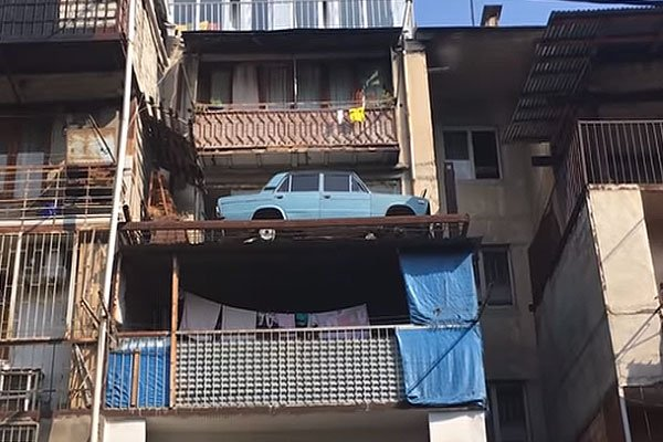 ВАЗ-2106 припаркованный на балконе на 25 лет