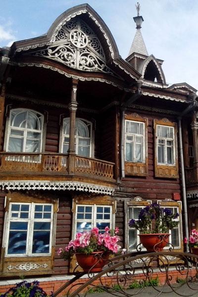 Деревянный резной домик. Барнаул.