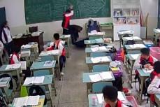 Китайский старшеклассник бьет учителя кирпичом по голове