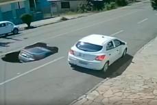 Автомобиль попал в яму в Бразилии