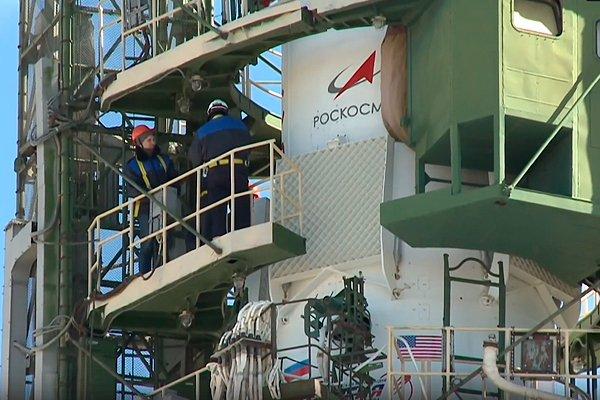 Подготовка ракеты «Союз МС-10» к запуску 11 сентября. До старта остаются считанные минуты