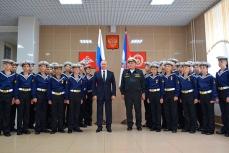 Путин с начальником филиала Нахимовского военно-морского училища во Владивостоке Владимиром Бураковым и воспитанниками филиала.