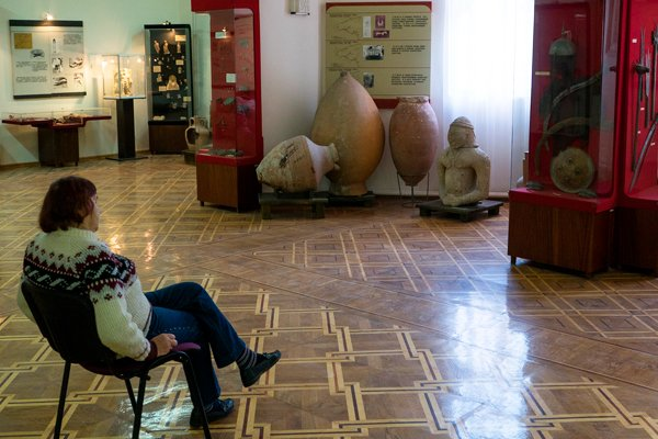 Смотрительница в музее