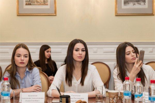 Саша Спилберг, Юля Пушман, Карина Каспарянц - интернет-блогеры.