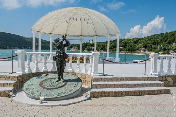 Памятник Косте Потехину из фильма Веселые ребята