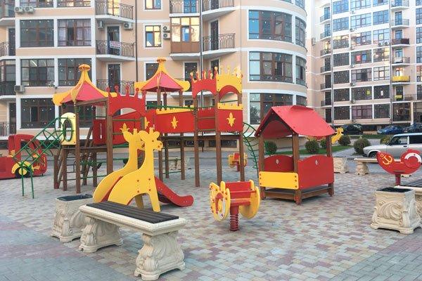 Детская площадка в жилом комплексе «Черноморский-2» в Геленджике