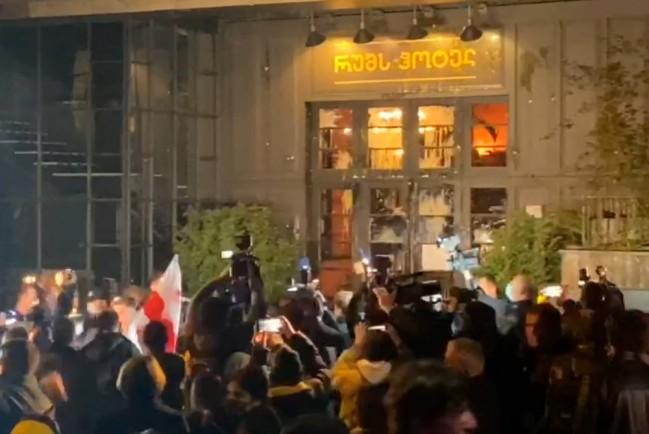 В Тбилиси закидали яйцами ресторан где находился Владимир Познер