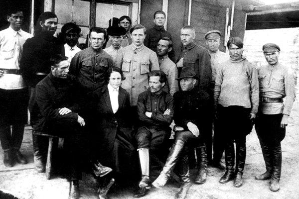 Нестор Махно с супругой в окружении своих сподвижников, 1920 год