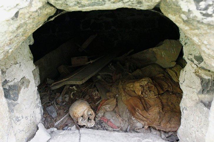 Останки захоронений в склепах «Города мёртвых» в Даргавсе