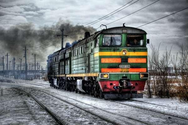 ВГрузии пассажирский поезд столкнулся с грузовым автомобилем исошел срельсов