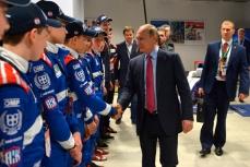 Путин с членами российской молодежной команды SMP Racing.