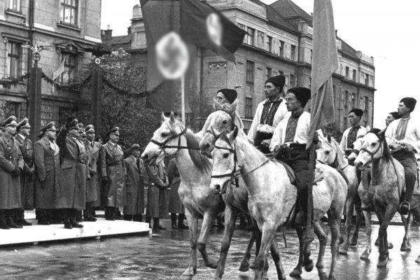 Парад украинских националистов в Станиславе (ныне Ивано-Франковск) в честь визита генерал-губернатора Польши рейхсляйтера Ганса Франка, октябрь 1941 г.