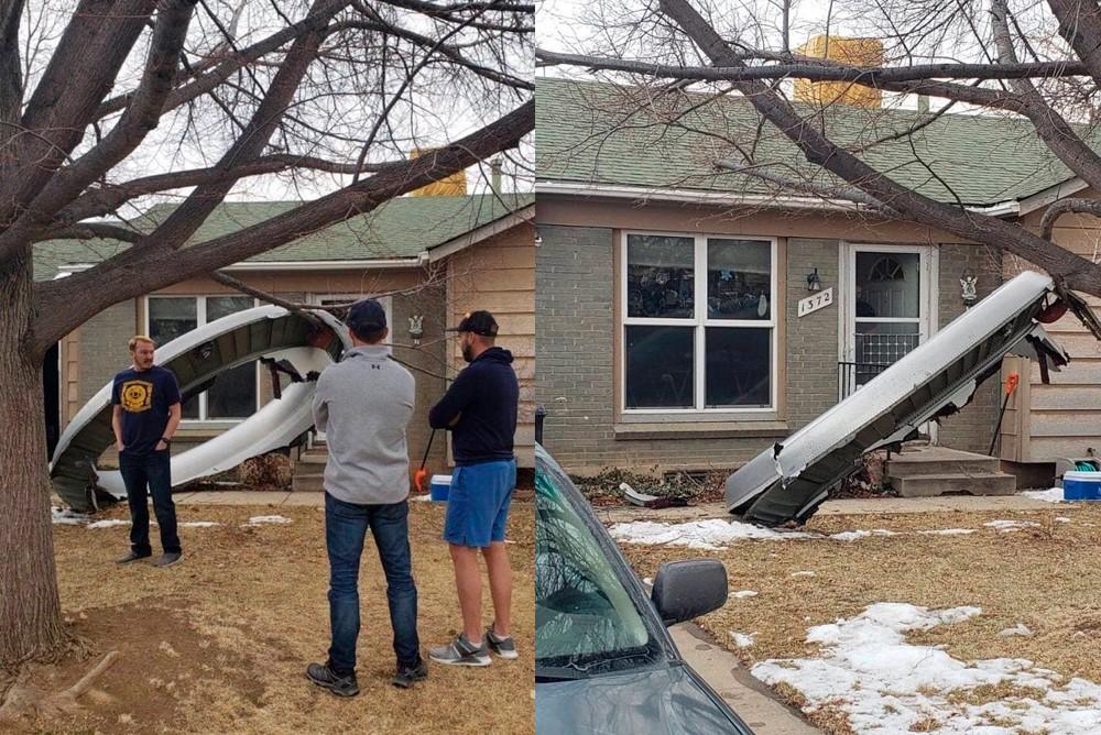 Обшивка от двигателя самолета упала рядом с домами в США