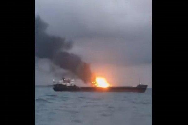 Пожар на корабле в Керченском проливе
