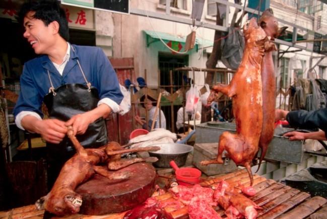 Кантонский мясник, продающий глазированное собачье мясо на рынке Цинпин, Гуанчжоу, провинция Гуандун