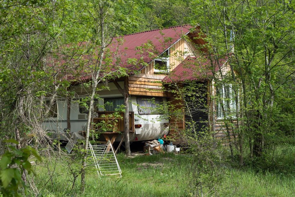 Домики в которых живут люди в долине дольменов