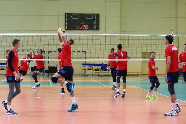 Тренировка мужской сборной по волейболу.