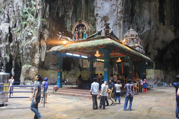 Внутри пещеры Бату. Куала-Лумпур. Малайзия.