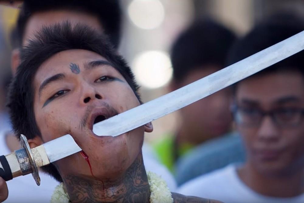Этот человек проткнул щеку мечом на Вегетарианском фестивале на Пхукете