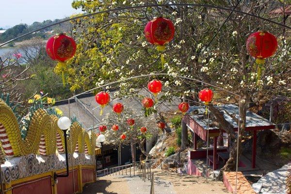 Лестница ведущая в храм Chao Por Khao Yai Shrine. Си Чанг, Таиланд.