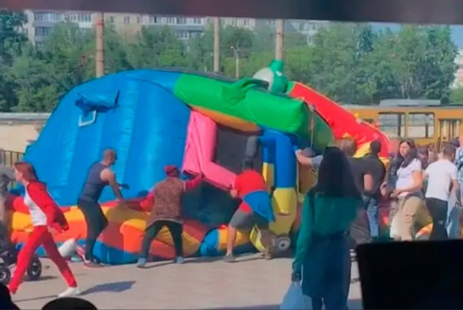 Улетел батут с детьми в Барнауле