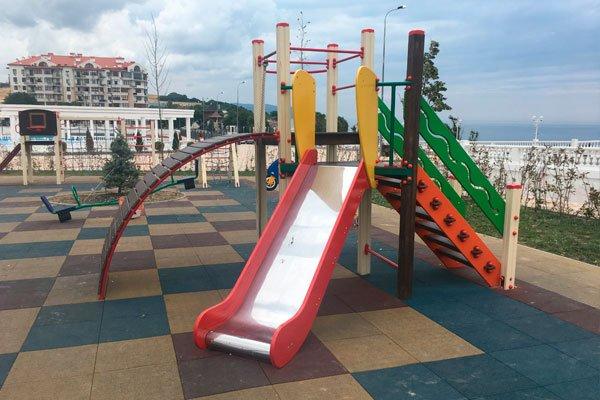 Детская площадка на набережной по улице Крымской