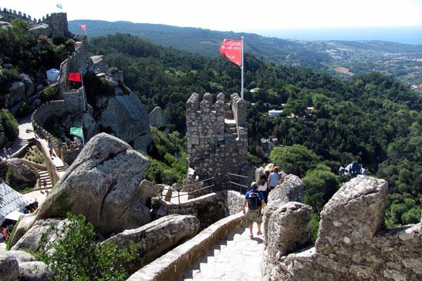 Замок мавров (порт. Castelo dos Mouros).  Синтра, Португалия.
