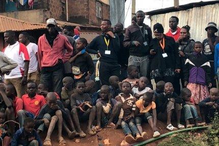 Зрители на съёмке голливудского проекта «Вид свысока» в Кении