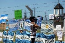 Аргентинские флаги со словами поддержки экипажу пропавшей подводной лодки ARA San Juan