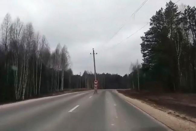 Столб посередине дороги