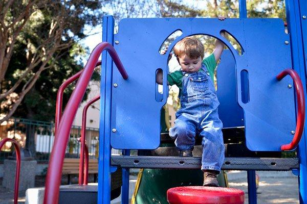 Ребёнок играет на детской площадке