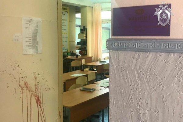 Вход в класс, и дверь испачканная кровью в керченском училище