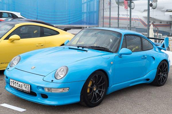 Porsche голубого цвета