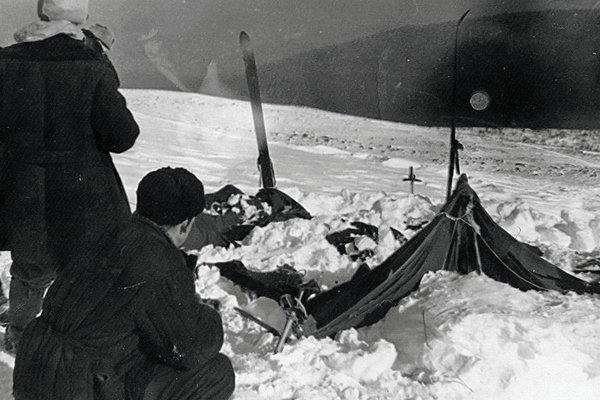 Палатка группы Дятлова, частично раскопанная от снега. Фото участника поисков А. С. Чеглакова