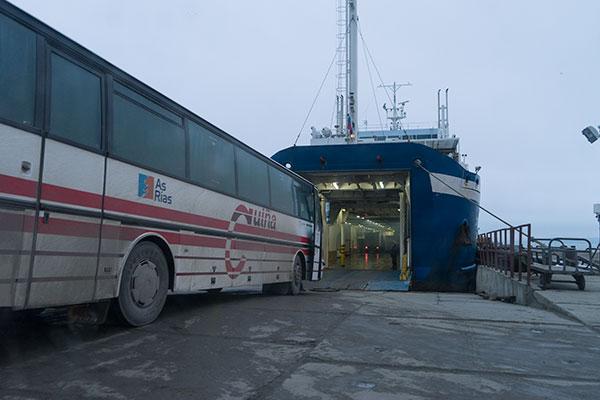 """Погрузка автобуса на паром в порту """"Кавказ"""". Керченская переправа."""