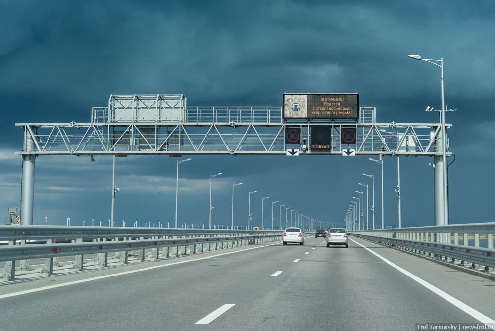 Автомобили на Крымском мосту