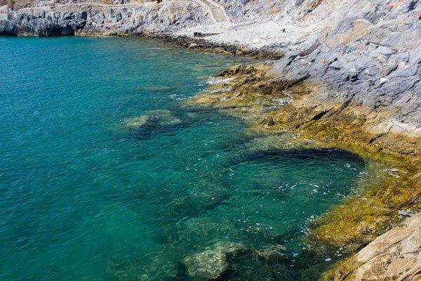 Бирюзовое море и каменистые берега. Си Чанг, Таиланд.