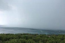Бухту Геленджика накрыл сильный ветер с ливнем