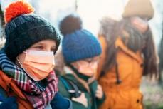 Дети в медицинских масках