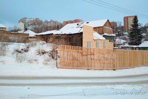 Фальшивая стенка расскажет гостям города о новых деревянных домах в Красноярске