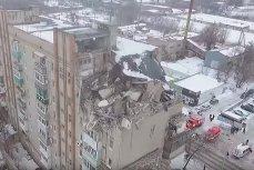 Разрушенные взрывом верхние этажи дома в шахтах
