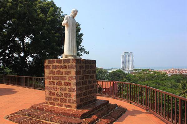 Статуя Франциска Ксаверия у церкви святого Петра в Малакке.