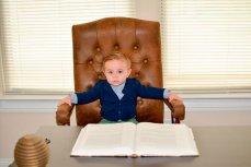 Ребёнок в кресле директора