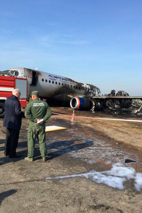 Сгоревший самолёт Superjet-100 авиакомпании «Аэрофлот» в «Шереметьево»