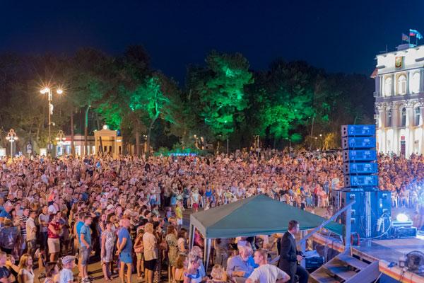 Праздничный концерт на Центральной площади Геленджика