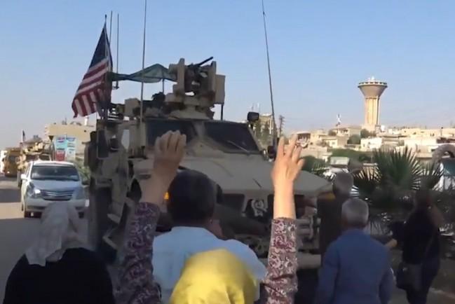 Жители Сирии закидывают гнилыми овощами американских военных